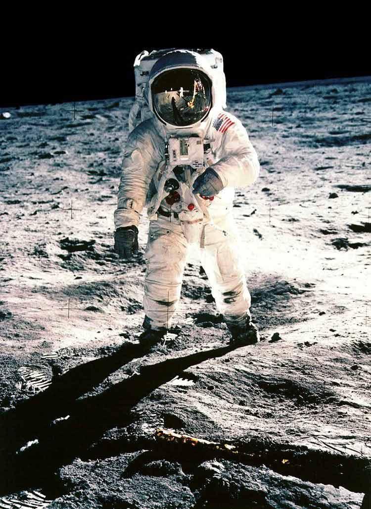 Apollo 11 : mensonge bien réalisé ou vérité très r&elle ? Neil_armstrong1